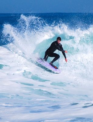 Wesley Potts, dropknee forehand cutback at Gas Chambers